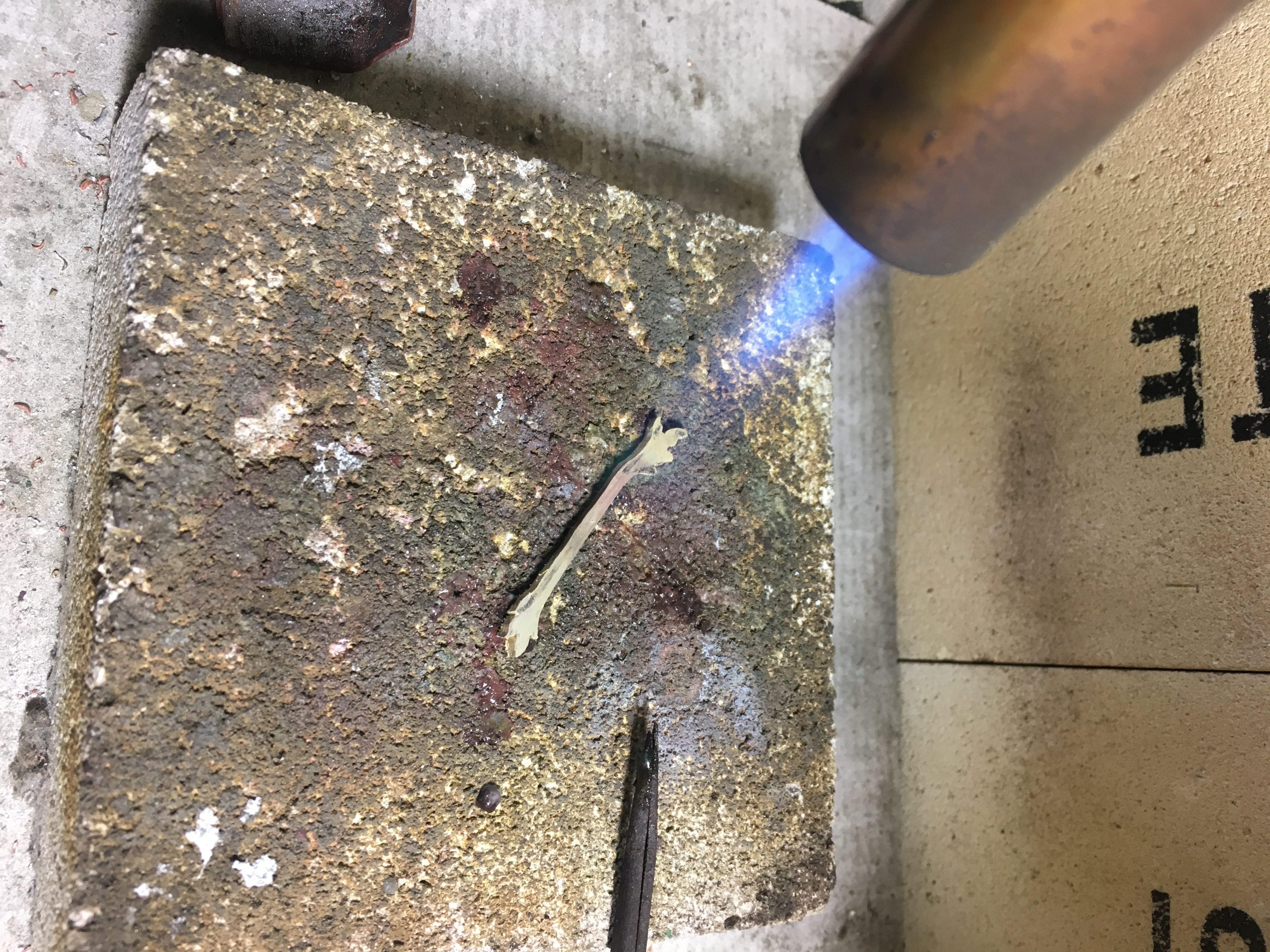 切り出したシルバーをガスバーナーで熱してなます