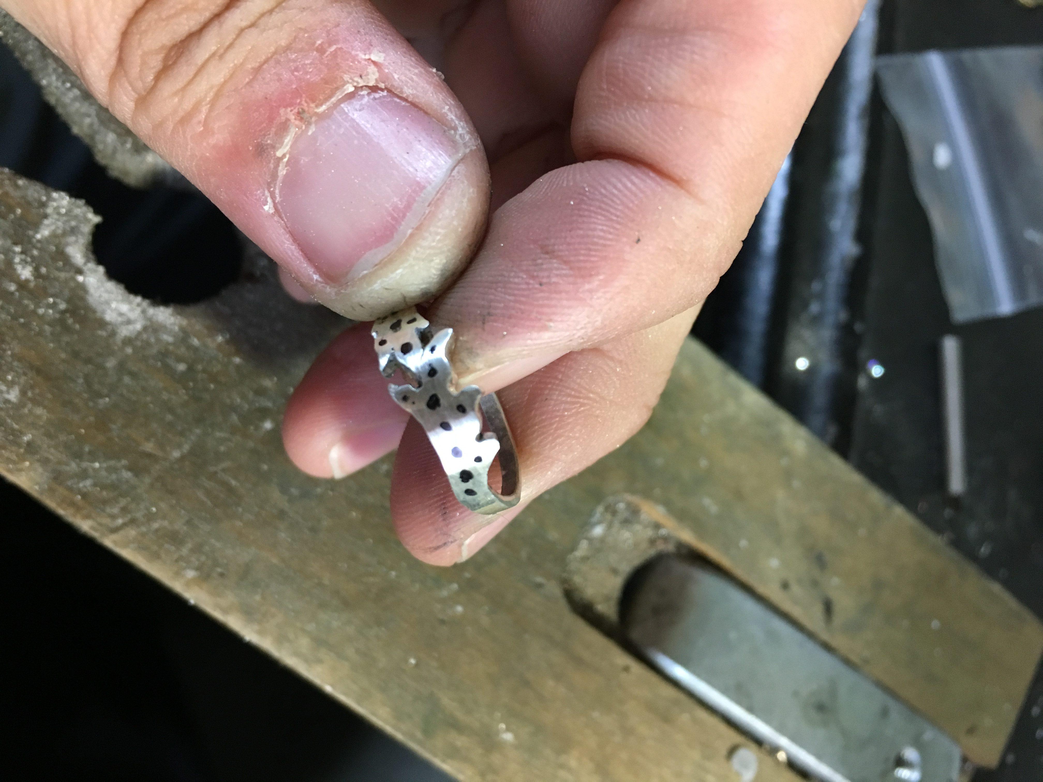 ロウ付け後石を留める穴の位置の印を付けたシルバーリング