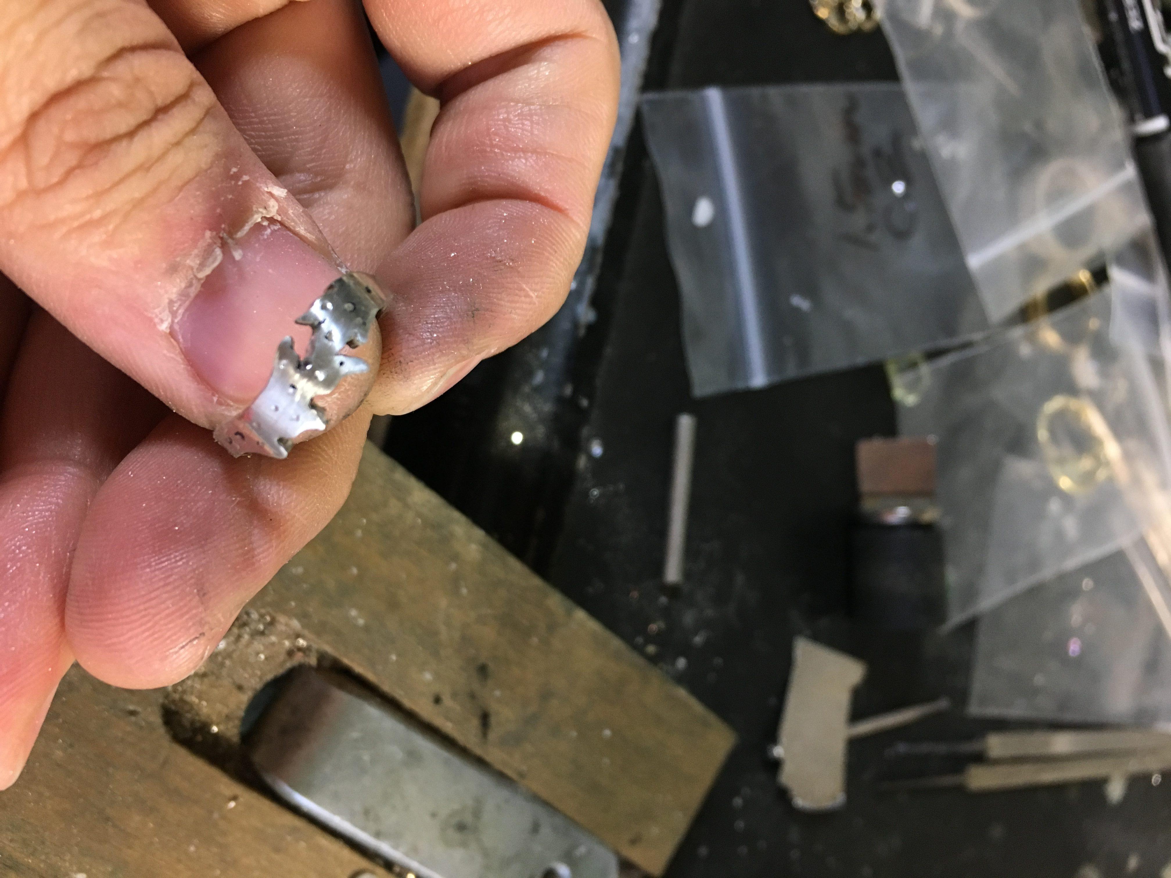 印を付けた部分に穴を開け始めたシルバーリング