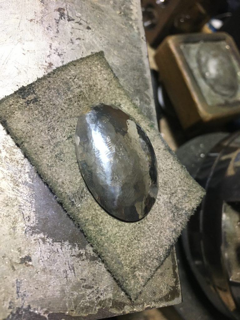 叩いて伸ばして丸みをもたせて整えた銀