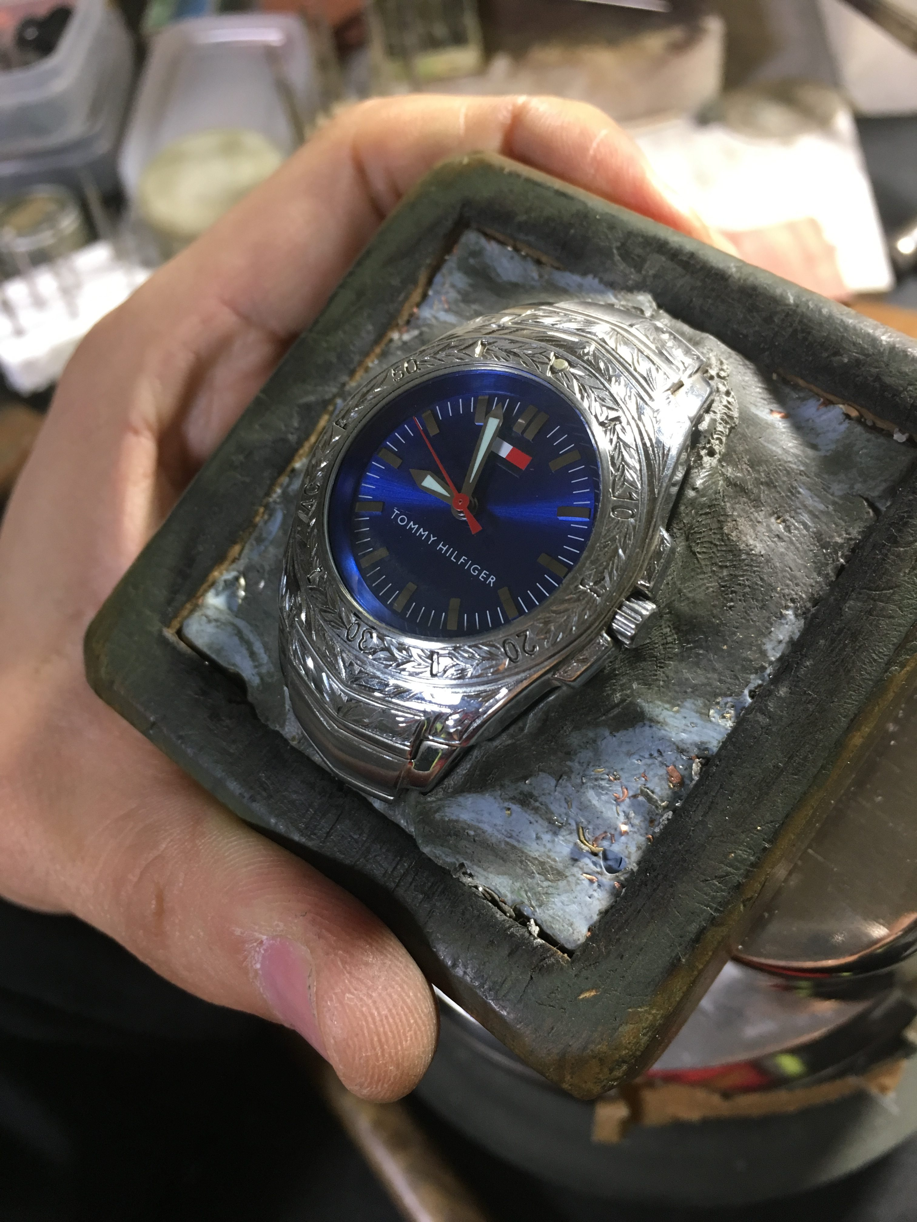 ステンレスの腕時計にオーダーで彫金を施す。