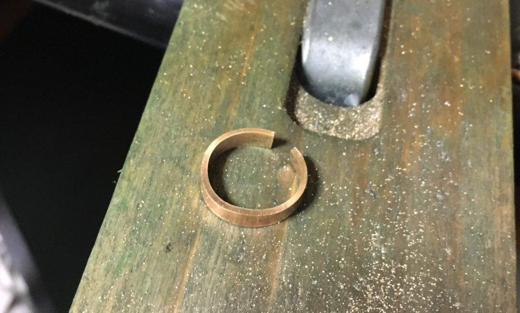 なました後に丸めていく真鍮板