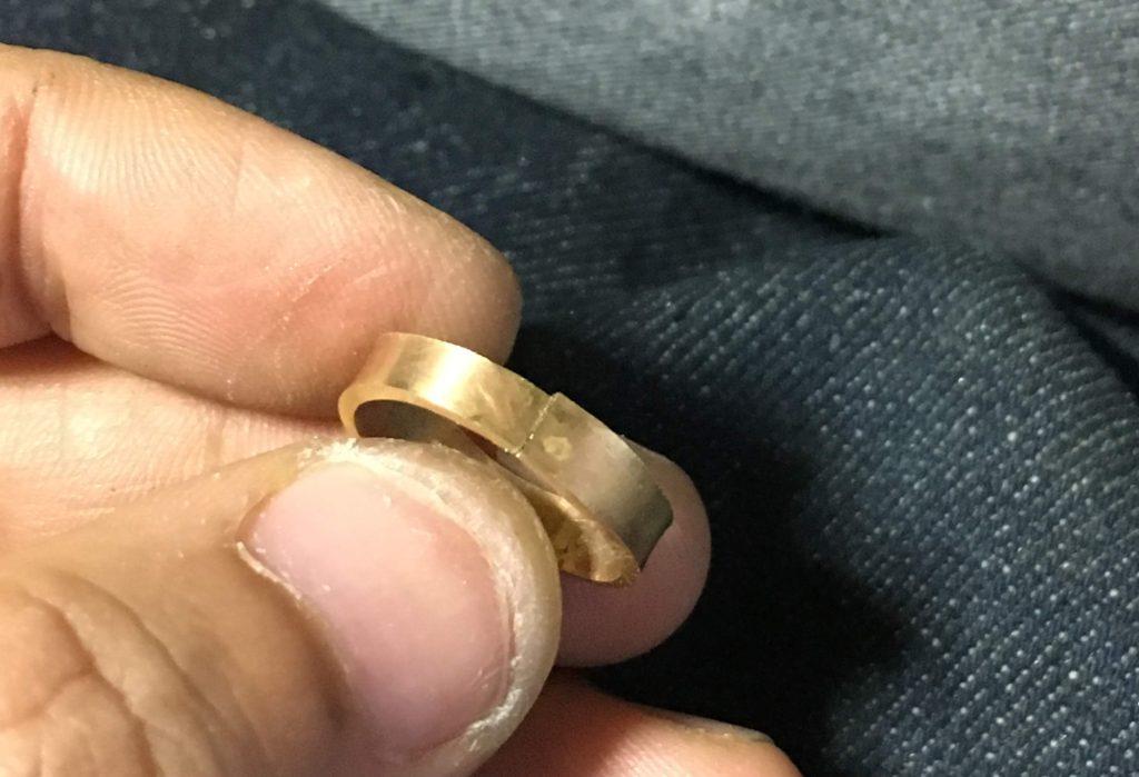 ロウ付け面をすり合わせた真鍮リング