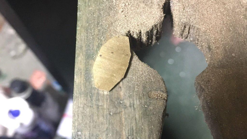 糸鋸で少し形に近づけた真鍮の板