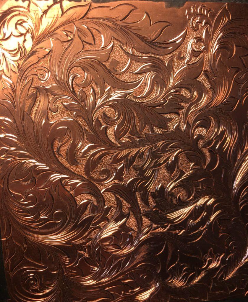 模様を彫り上げたあと魚子タガネを打ち込んでいく銅板