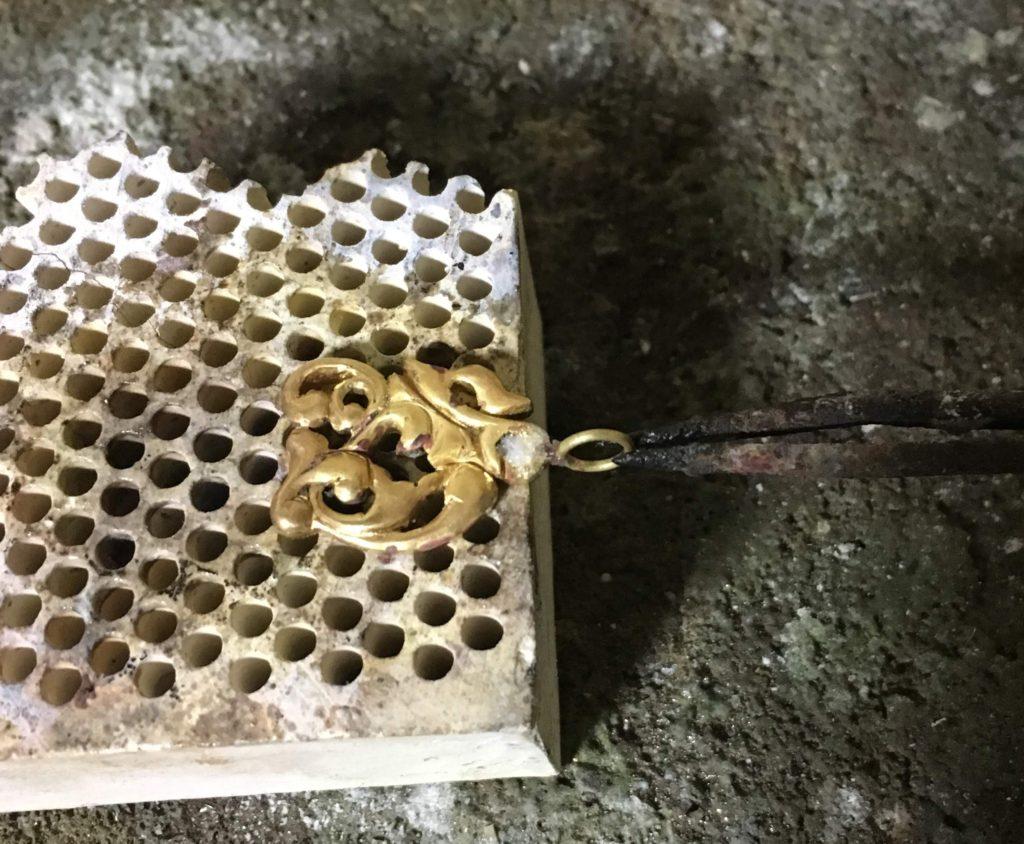 ロウ付け途中の真鍮トップ