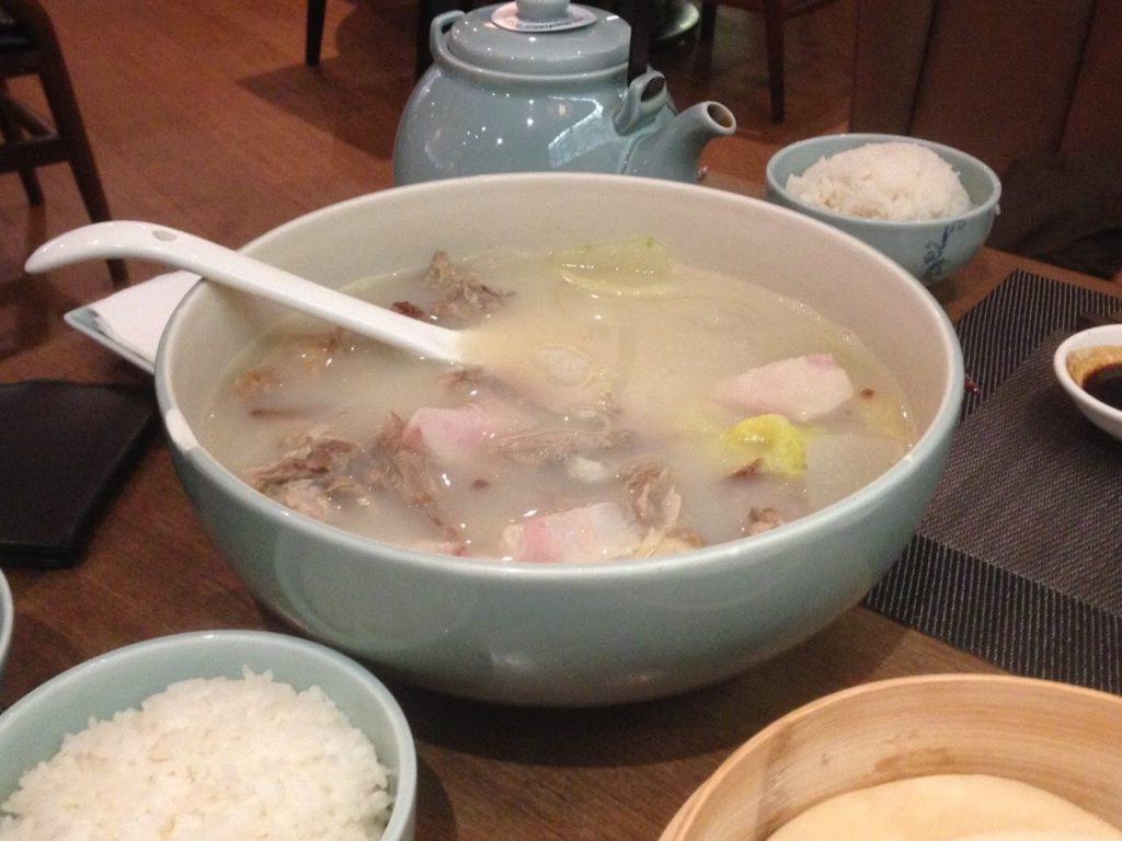 北京ダックの皮を使った後の肉スープ