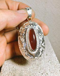 彫り模様の入ったネックレス