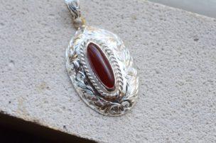 彫金のシルバーネックレス「女王のネックレス」