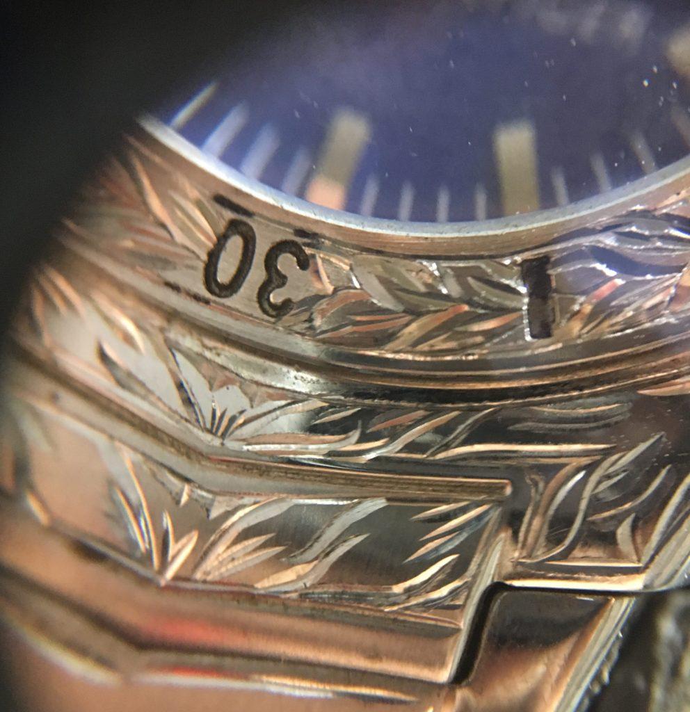腕時計の彫金部分アップ