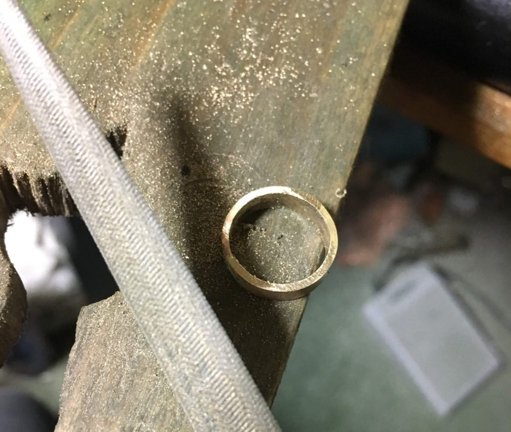 真鍮の平打ちリングをヤスリで削る