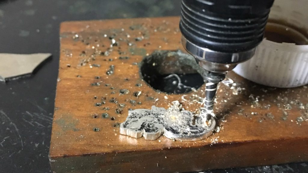 ドリルで穴を開ける銀板