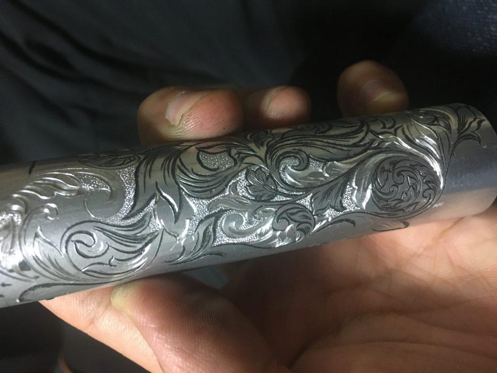アルミ材への彫金荒らしアリ黒白混合