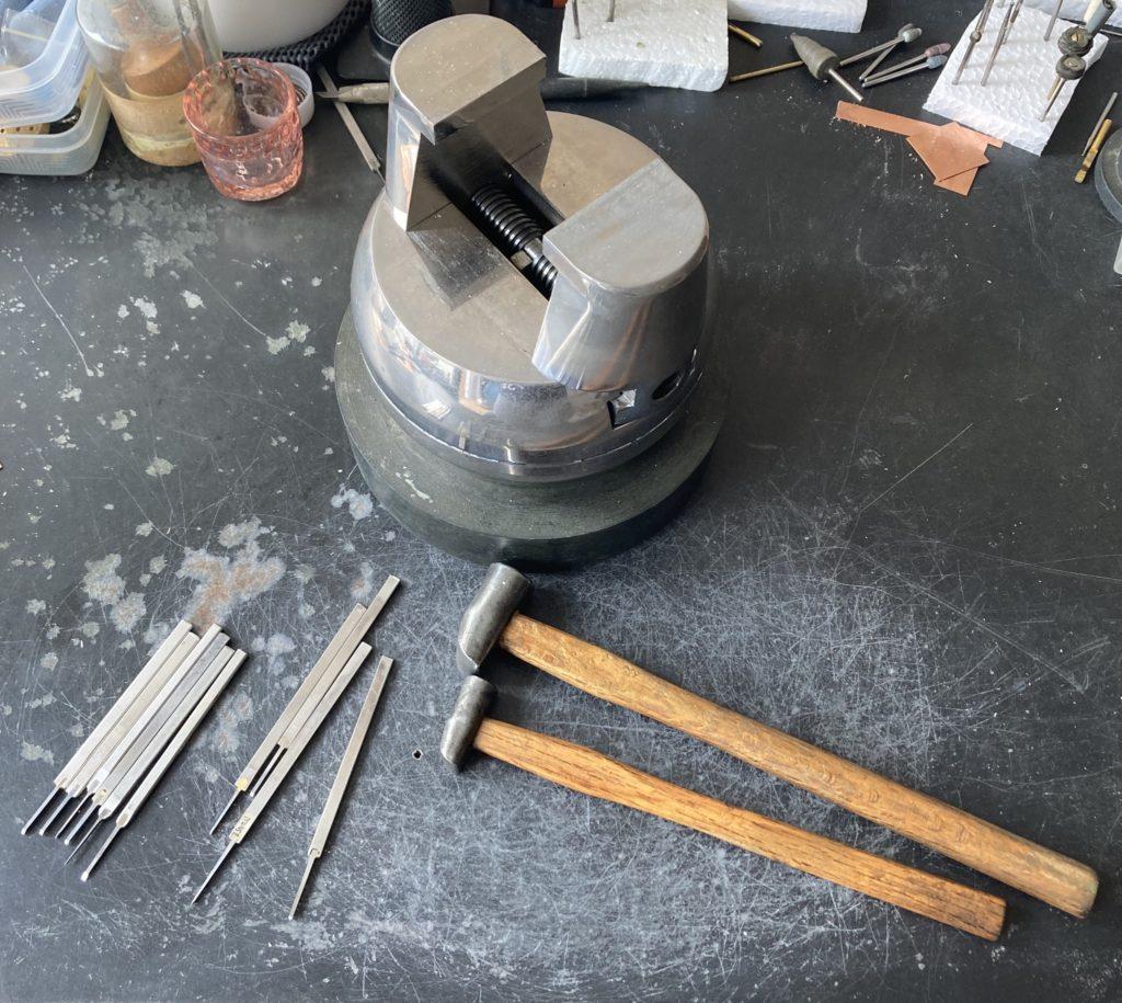 タガネと金槌と彫刻台