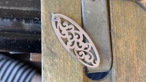 アルミの透かし彫りペンダントトップ