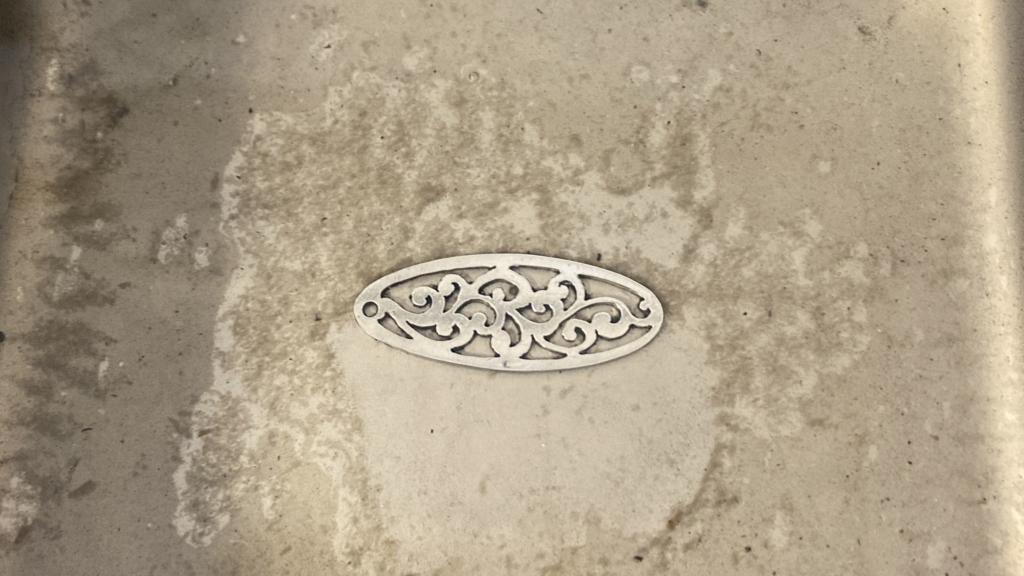 透かし彫り↓アルミ板を超音波に当てる